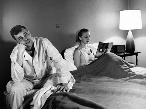 С какой стороны от мужа должна спать жена: справа или слева