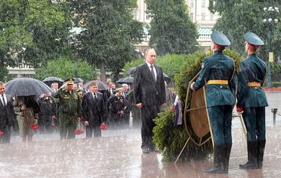 Путин возложил венок к Могил…