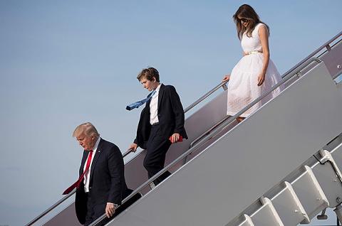 Без рук! Меланья Трамп опять прилюдно оконфузила мужа (Видео)