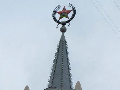 В Воронеже вандалы перекрасили звезду на шпиле в героя «Губки Боба»