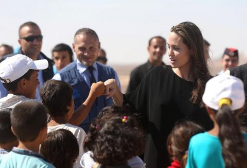 Анжелина Джоли спровоцировала скандал, навестив детей-беженцев без нижнего белья
