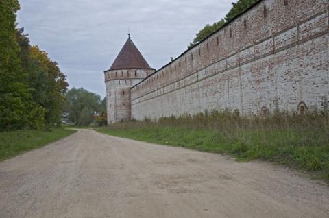 Стены и башни Борисоглебского монастыря