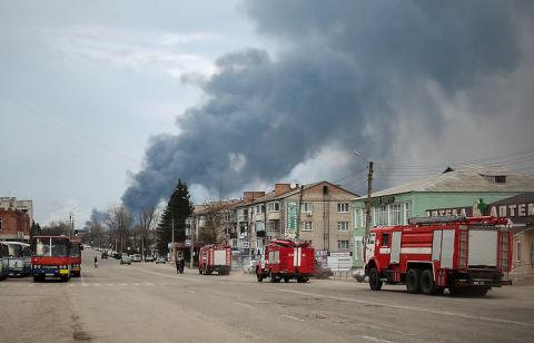 Очевидец рассказал, после чего именно возник пожар на военном складе на Украине