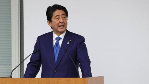 Премьер Японии Синдзо Абэ от…
