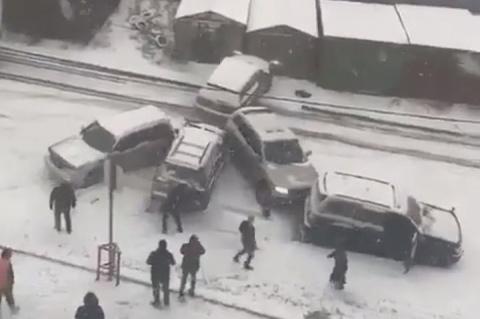 Массовые ДТП и паралич движения: пользователи публикуют в сети видео аварий во Владивостоке
