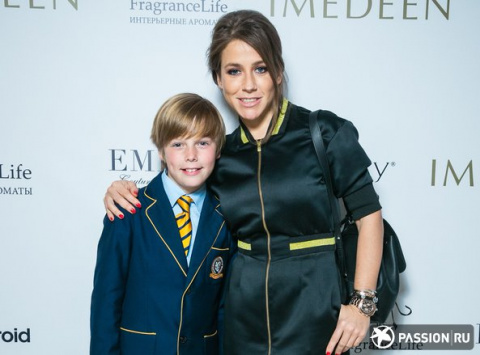 Юлия Барановская вышла в свет с подросшим сыном