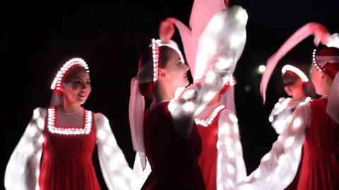 """""""Новые песни придумала жизнь"""": русский народный танец  в светодиодных платьях"""