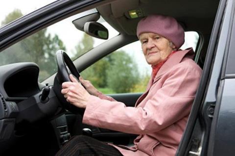 Он помог пожилой женщине поменять колесо. И только вечером понял, что произошло на самом деле