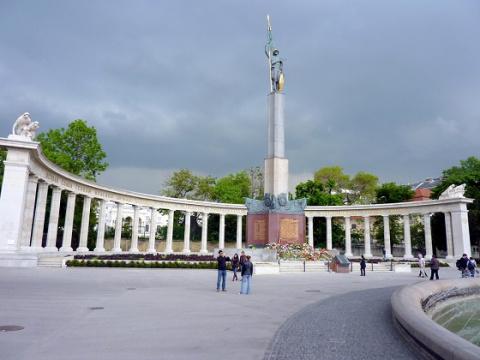 Новости мира: неизвестные облили краской памятник советским воинам в Вене