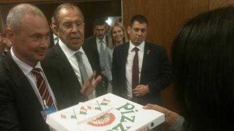 Лавров на встрече в Женеве вынес журналистам водку и пиццу