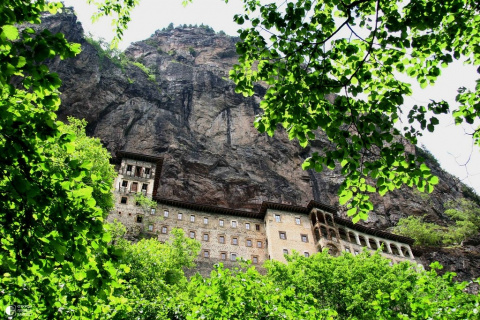 Монастырь в скале