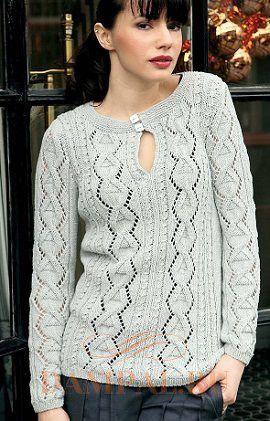 Пуловер спицами с необычным вырезом горловины