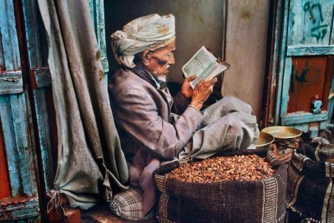 За книгой: фотограф собирает портреты читающих людей со всех концов света