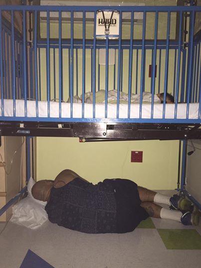 Фотография, на которой изображен мужчина, лежащий на холодном полу, быстро разлетелась по Интернету