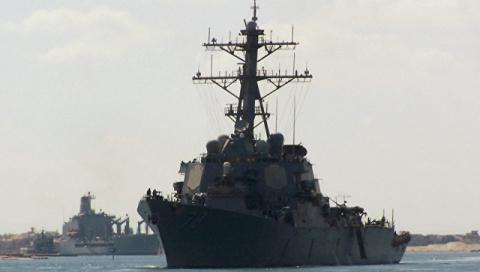 Эсминец ВМС США вошел в аква…