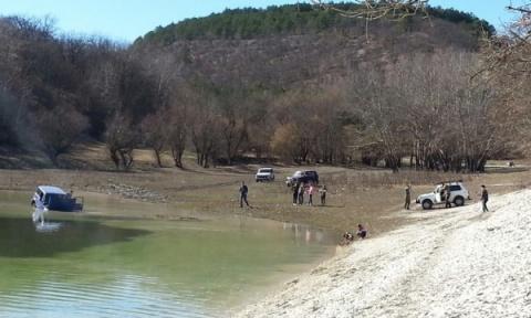 В крымском озере утопили «Ниву»