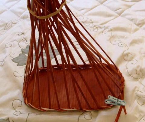 М.К.по изготовлению овальной корзиночки из газетных трубочек.