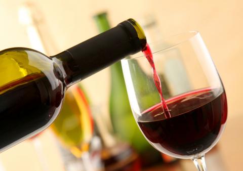 Красное вино защищает мозг и…