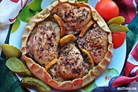 Курица, запечённая в съедобной тарелке. Сочная начинка бесподобна!