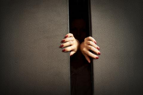 Возвращаемся домой. Час ночи. Стоим ждем лифт. Лифт открывается и тут перед нами разворачивается настоящее действо...