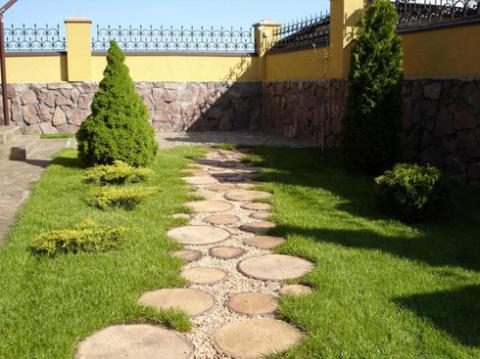 Садовая дорожка из спилов дерева: инструкция укладки