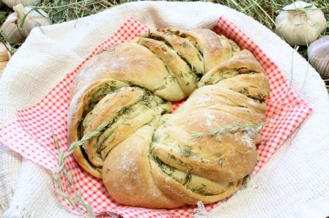 Пирог «Венок» с чесноком и травами: получите настоящее наслаждение!