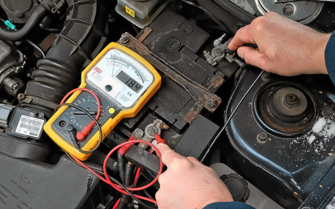 Как проверить аккумулятор вольтметром?