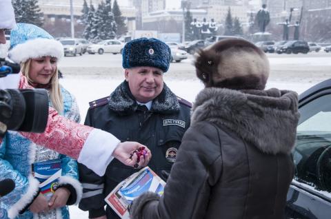Новосибирские инспекторы ГИБДД поздравили водителей с Новым годом