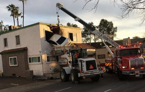 Автомобиль влетел на второй этаж стоматологической клиники