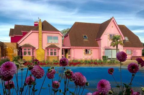 Ярко-розовый интерьер английского особняка