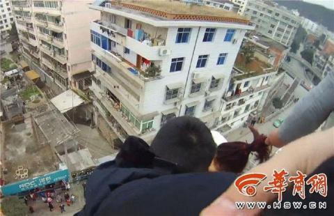 Муж поймал прыгнувшую с крыш…