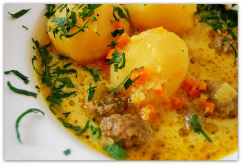 Картофель в сметанном соусе карри.
