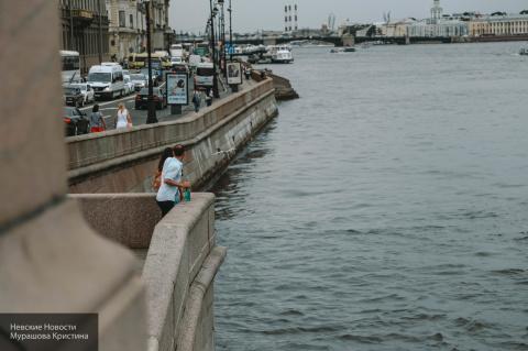 В Петербурге мужчина упал в …