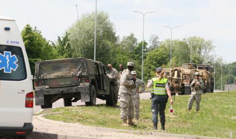 НАТОвский Hummer протаранил гражданский автомобиль в Литве