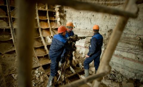 Мигранты разрушили защитную систему двух станций метро во время строительства