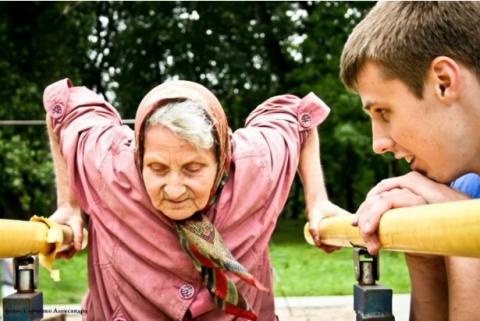 72-летняя старушка на спортивной площадке: для любителей воркаута