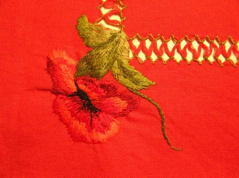Скатерть: красные маки на красном фоне.