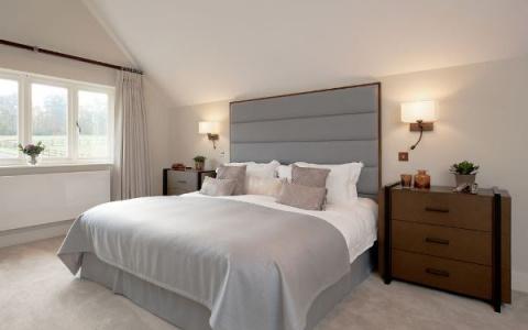 Фото бра в спальне над кроватью: приглушенный свет всегда актуален