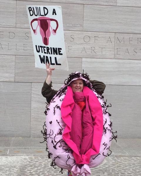 Фрейд перевернулся в гробу: жительницы США надели костюмы вагин в поддержку демократов Политика