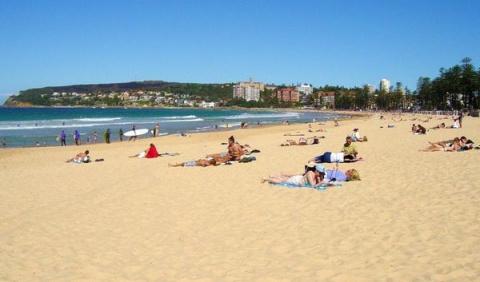Эта 16-летняя девушка сидела на пляже в рубашке. Но тот, кто смотрит со стороны, всегда видит больше…