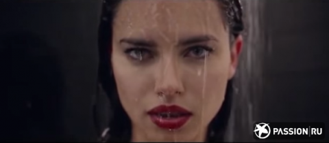 Голая Адриана Лима ест яйца под душем в пасхальном видео