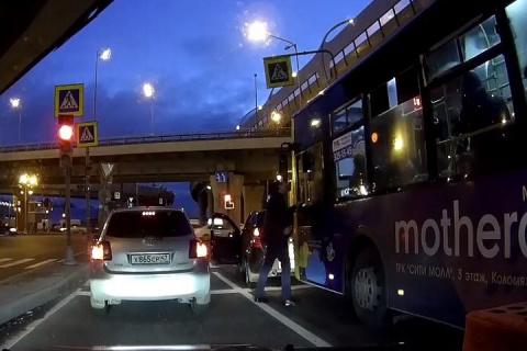 Водитель автобуса спровоцировал драку с автомобилистом в Петербурге