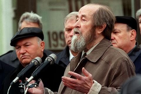 Простой человек и не заметит, где Солженицын предал и обманул