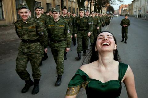 Идёт солдат по городу…
