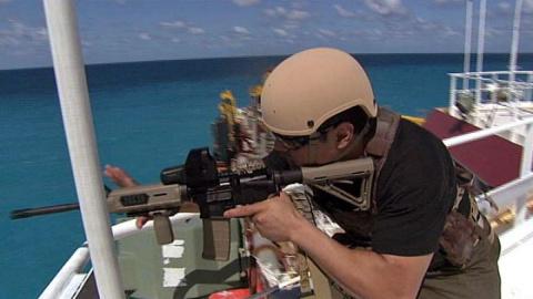 Сомалийские пираты против частной охраны корабля. Реальные кадры