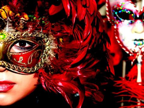 Короны, маски и другие необычные аксессуары для предстоящих вечеринок