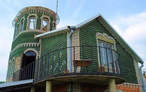 Восемь тысяч бутылок из-под шампанского и 20 лет жизни понадобилось запорожцу Владимиру Сысе , чтобы построить дачу
