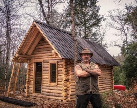 Он в одиночку построил себе бревенчатую избу. И показал, как это сделал