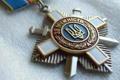 Сестра погибшего десантника ВСУ вернула Порошенко орден брата в знак протеста