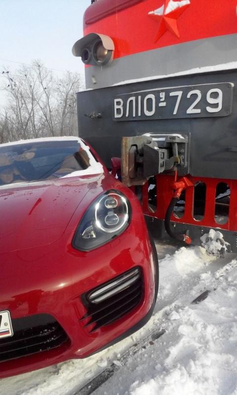 В Тольятти поезд протаранил элитный Porsche Panamera
